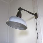Industriële wandlamp, straatlantaarn jaren '50. Geschikt voor LED, Halogeen- en gloeilampen. Vakkundig gerestaureerd met behoud van de originele delen.