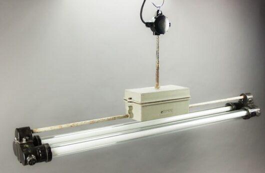 Industriële lamp, bunkerlamp in mooie vintage staat en 5 jaar garantie. De zuinige en dimbare led tl buizen geven een sfeervol warm wit licht. D.D.R. design