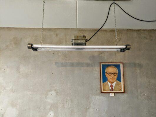 Industriële lamp, Bauhaus lamp, in mooie vintage staat met 5 jaar garantie op de dimbare led tl buizen. Deze DDR designlamp is een super eyecatcher in huis.