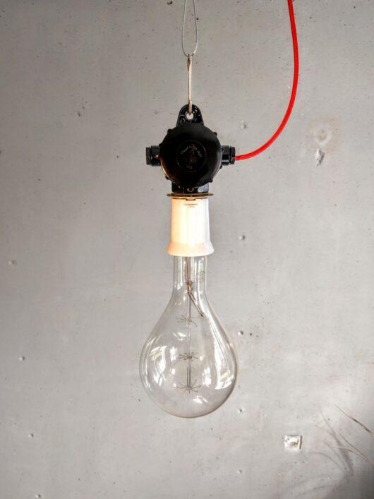 Minimalistische industriële lamp uit de jaren '60 met bakelieten ophanging en grote porceleinen fitting.